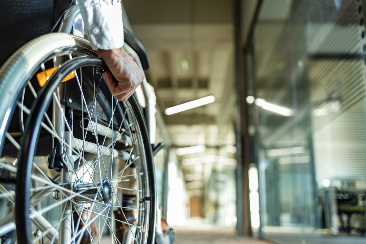 Plan fédéral Handicap - Photo d'une personne en chaise roulante dans un couloir