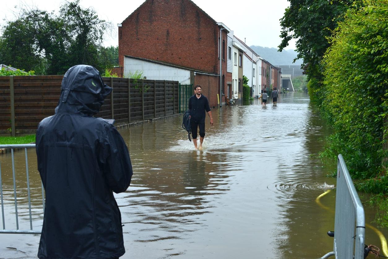 Inondations en Belgique - Personnes dans la rue inondée