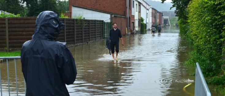 Inondations en Belgique - Personnes dans une rue inondée